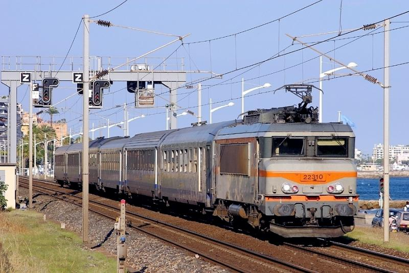 The BB22310 and a Regional Express Train at Cannes