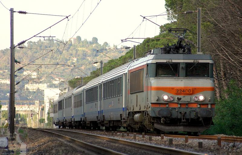 The BB22400 with a Regional Express Train at Mandelieu-La-Napoule.