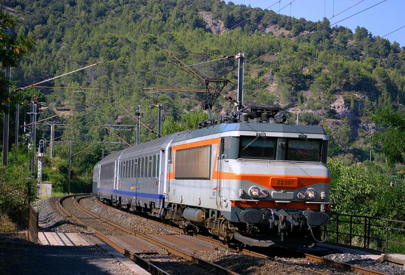 Coming from Nice, heading to Marseille... wet paint for the BB22397 at Gonfaron !