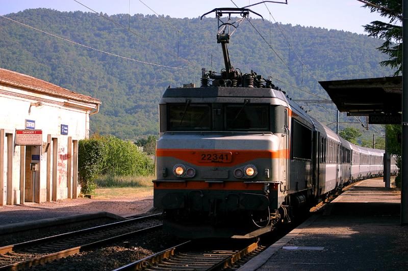 Coming from Bordeaux and Marseille, the train Le Grand Sud cross the small station of Gonfaron.