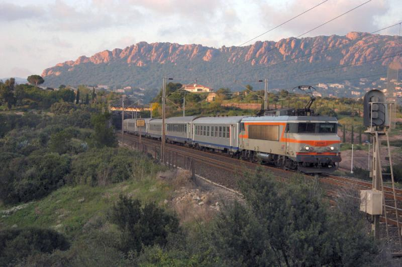 At the end of the afternoon, not far from Saint-Raphaël, here is the BB22392 heading to Marseille.