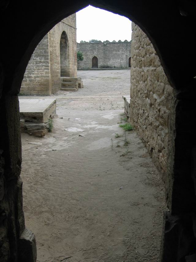 Looking into the courtyard of Ateshgah.