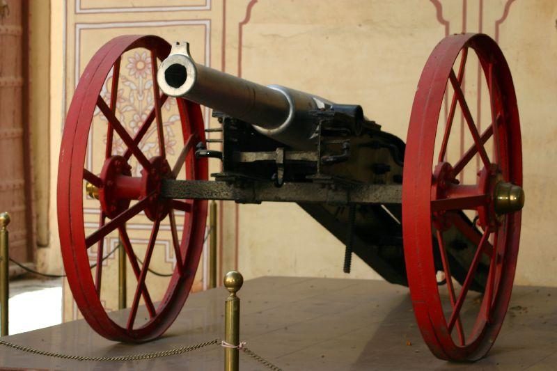 Hawa Mahal, Cannon at the gate