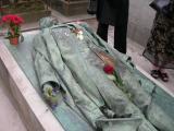 Au Père Lachaise, la célèbre tombe de Victor Noir...