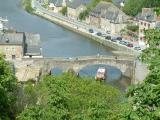 Très vieux pont traversant la rivière