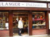 Madeleine devant une boulangerie d'Honfleur