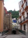 Calles de Guanajuato al fondo entrada a uno de los doce tuneles