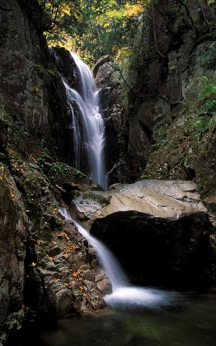 Yatsubuki-no-taki waterfalls
