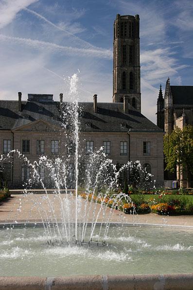 Fontaine, musée et cathédrale