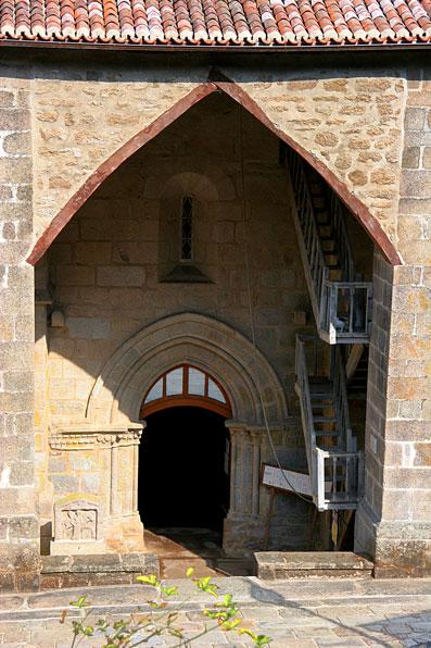 Le porche et le portail trés originaux de léglise