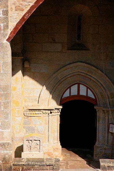 Le portail roman et la stèle dEpona