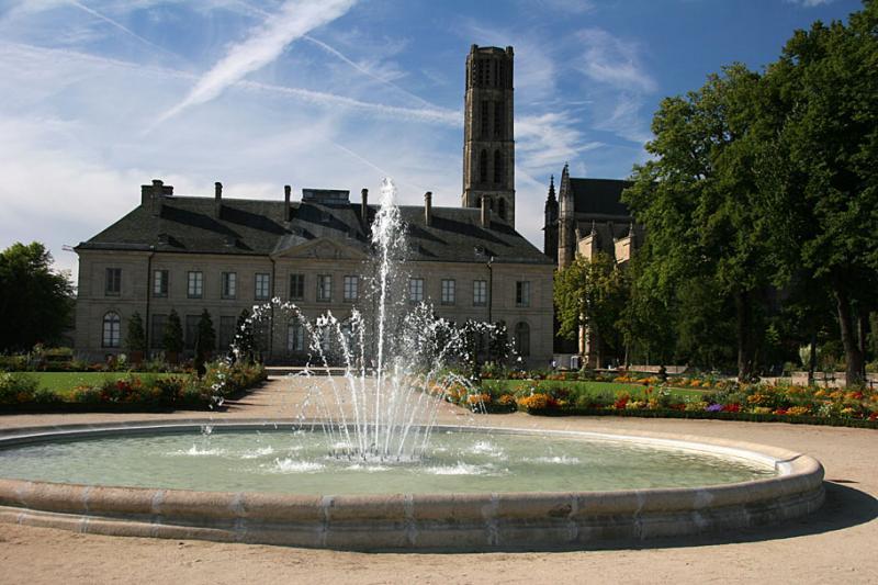 Le musée de lévêché et le jardin à la française