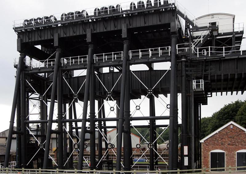 The elevator that lifts barges