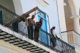 Obreros restaurando en La Plaza Vieja de La Habana