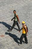 Cruzando la plaza