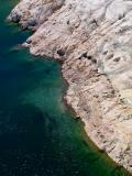le bord du lac de barrage