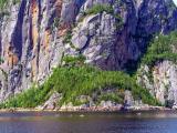 Kayaks au pied de la falaise