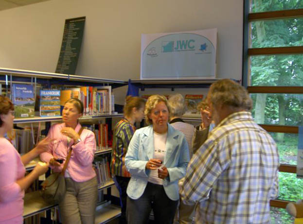 Bestuursleden van de bibliotheek en JWC
