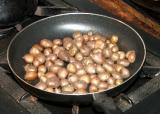 cocinar al vapor unos papines andinos con cascara