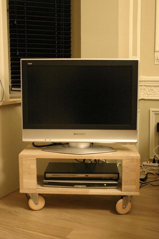 Wieltjes Tv Meubel.Tv Meubel In Eik Met Houten Wieltjes Photo Jan Marien Photos At