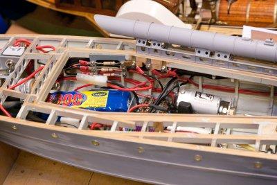 Modellen er radiostyrt, drives av to elektromotorer,og har høyttaler med motorlyd.