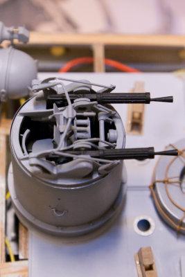Og - selvsagt - er det radiostyrt og kan rotere og heve og senke maskingeværene.