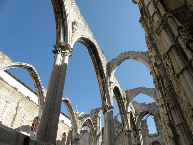 the ruin of the Igreja do Carmo...