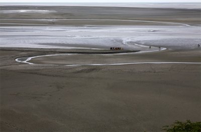 Water, sand and humans in the bay of Mont-Saint-Michel