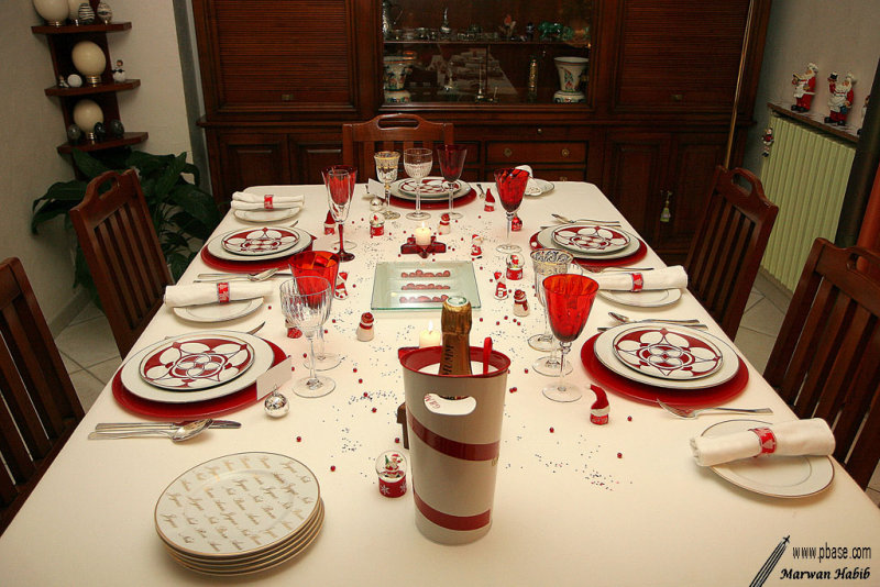Red & white table / Table rouge & blanche