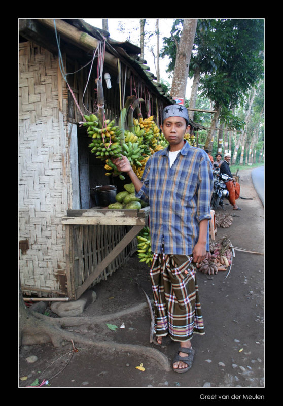 4234 Indonesia, boy with bananas