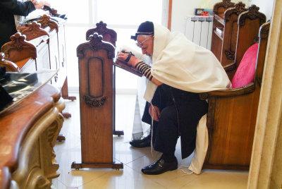 הרב עובדיה בתפילה