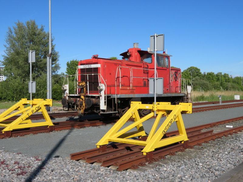 Rode locomotief, gele stootblokken, blauwe lucht