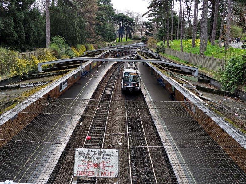 Parc Montsouris; the RER métro line crosses the park.