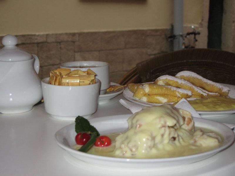 2009 Lemberg Artery-blocking Strudel with vanilla sauce and Palatschinken NW.jpg