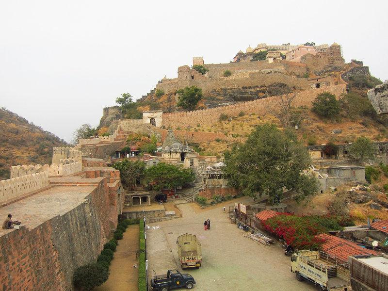 01 Kumbhalgarh Fort palace before we start to climb.JPG