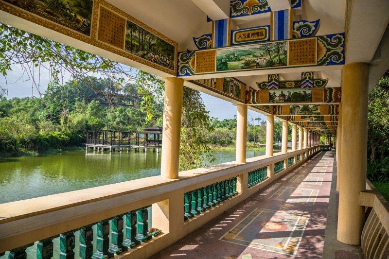 Li Garden Entrance Walkway