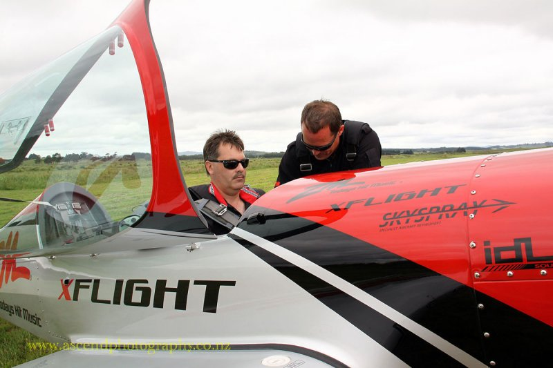Pete Kirby in front, Pilot Grant Benz