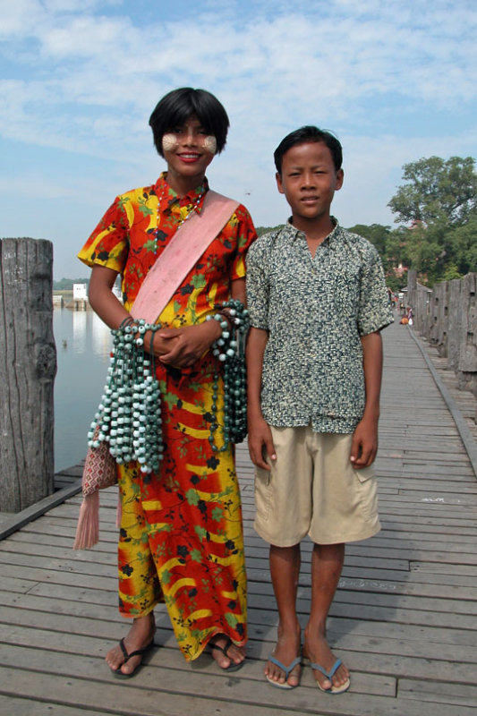 Lake Taungthaman guide and girlfriend