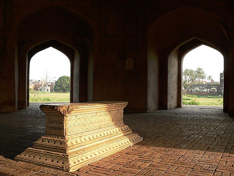 Asif Khans Grave - P1300062.jpg