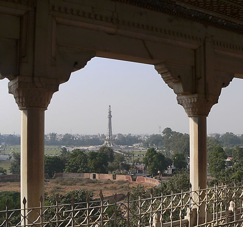 Minar-e-Pakistan Monument from Lahore Fort - P1000232.jpg