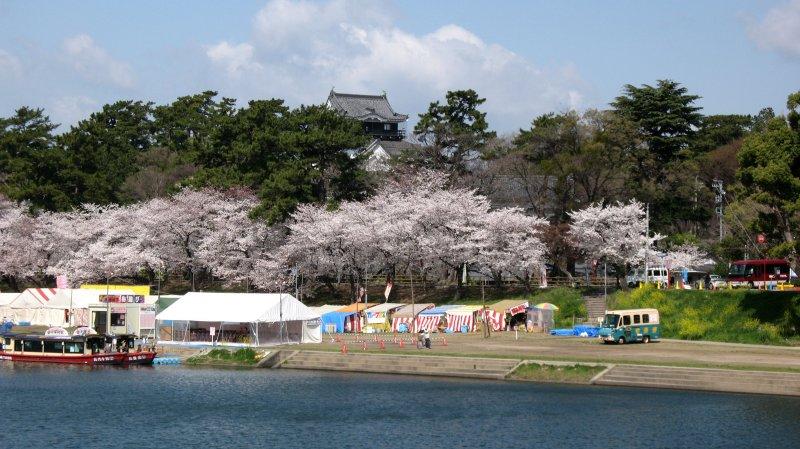 Donjon of Okazaki-jō above the riverbank