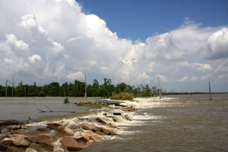 2011-Where the Mississippi River Water Flows Into Lake Pontchartrain -Gauge at River 22 feet and steady