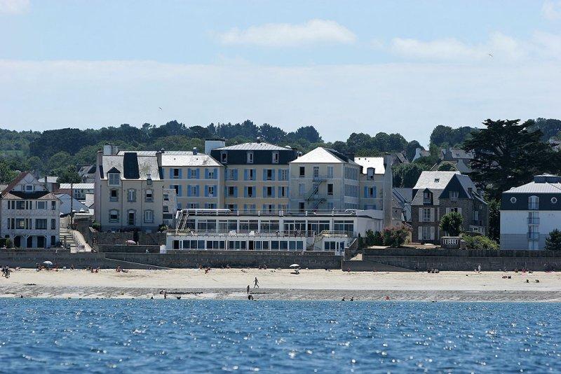 Douarnenez 2006 - Le centre de Thalassothérapie de Tréboul vu depuis la mer