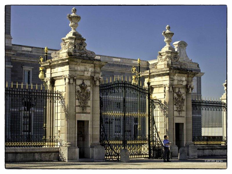 1004 Madrid 04 Royal Palace - The main gate.jpg