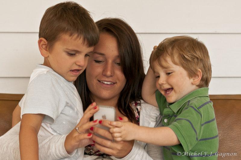 Damien et Antoine découvrent le merveilleux monde du iPhone...avec laide de Miriam