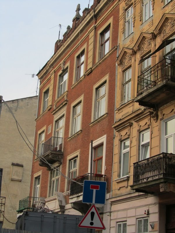 the building which once led to the Golden Rose synagogue