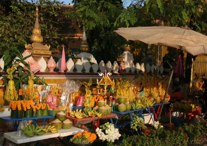 SELLING OFFERINGS AT THE MAIN TEMPLE GATE