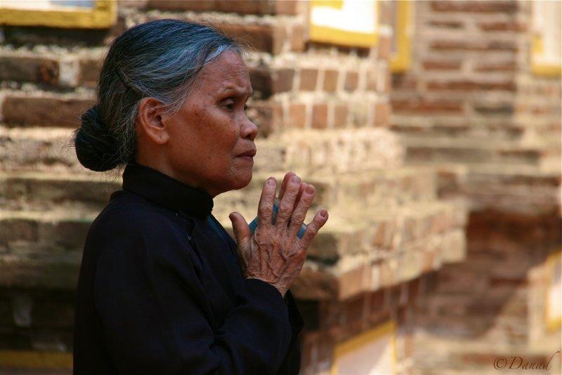 Prayer. Tran Quoc pagoda. Hanoï.