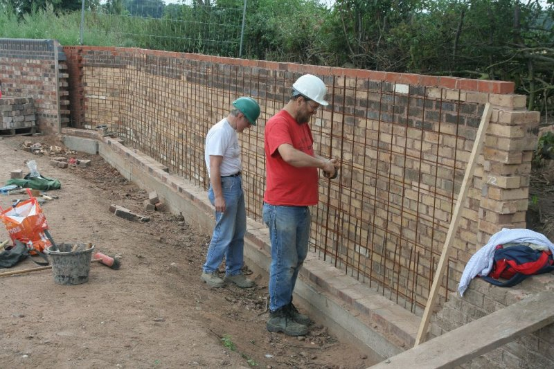 The main job for the weekend was to continue the towpath side wing wall above lock 26, here we are fixing the cavity mesh