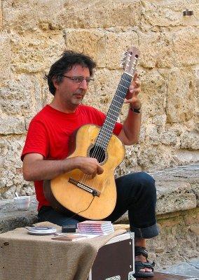 Felix Manyé Rodriguez musicien de rue à Volterra